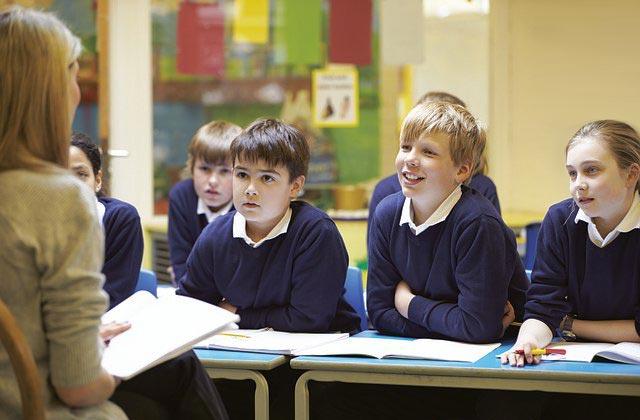 Uczniowie słuchają nauczyciela