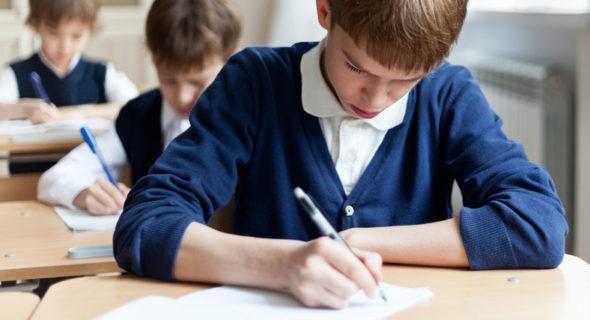 Uczniowie ósmej klasy piszący egzamin